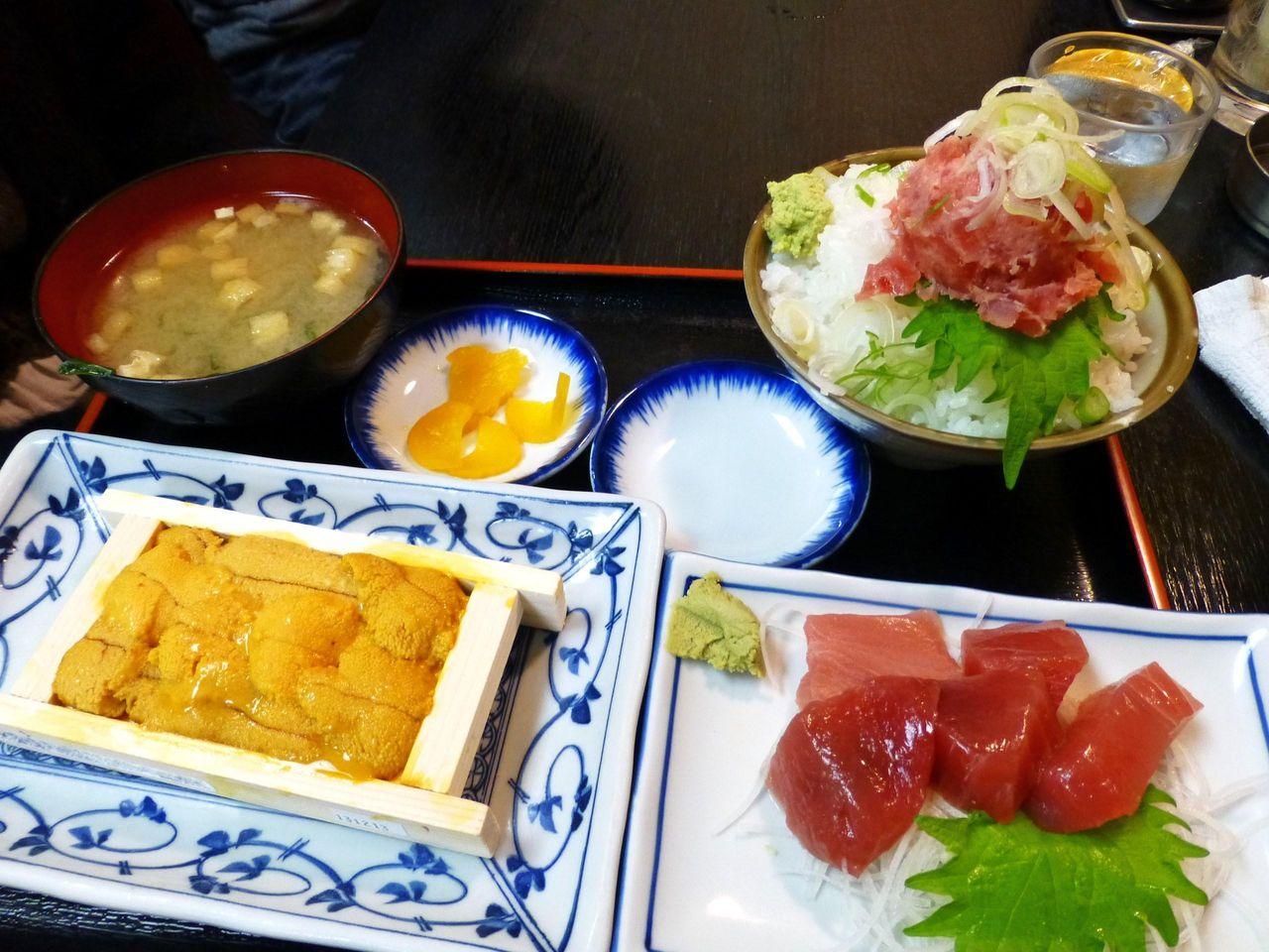 テレビでも紹介された、生ウニ1箱+生マグロ定食1,300円