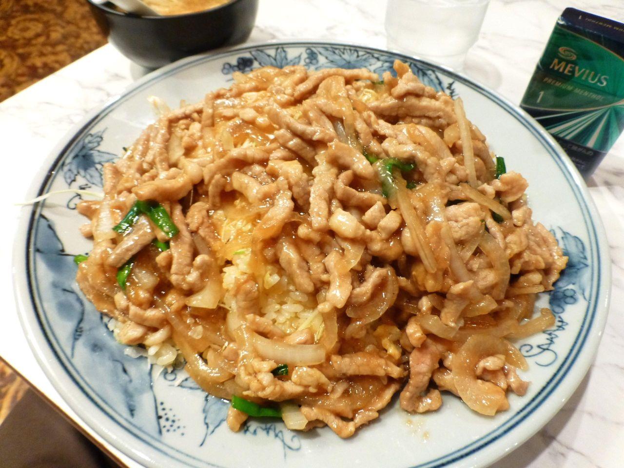 豚肉生姜焼きをドッサリのせた、ヘビー級のチャーハン!