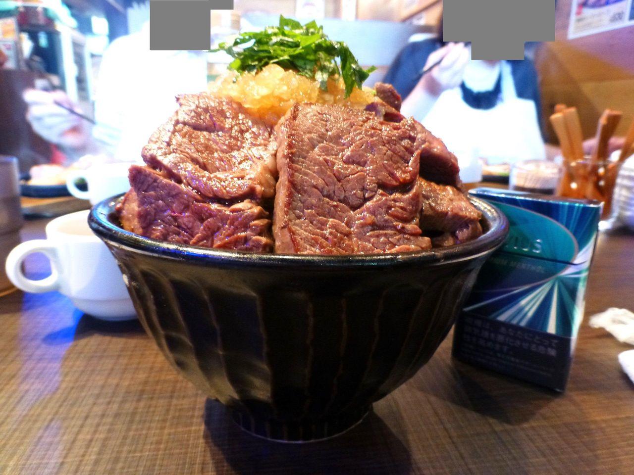 大阪のタケル福島店で、デカ盛りステーキ丼!