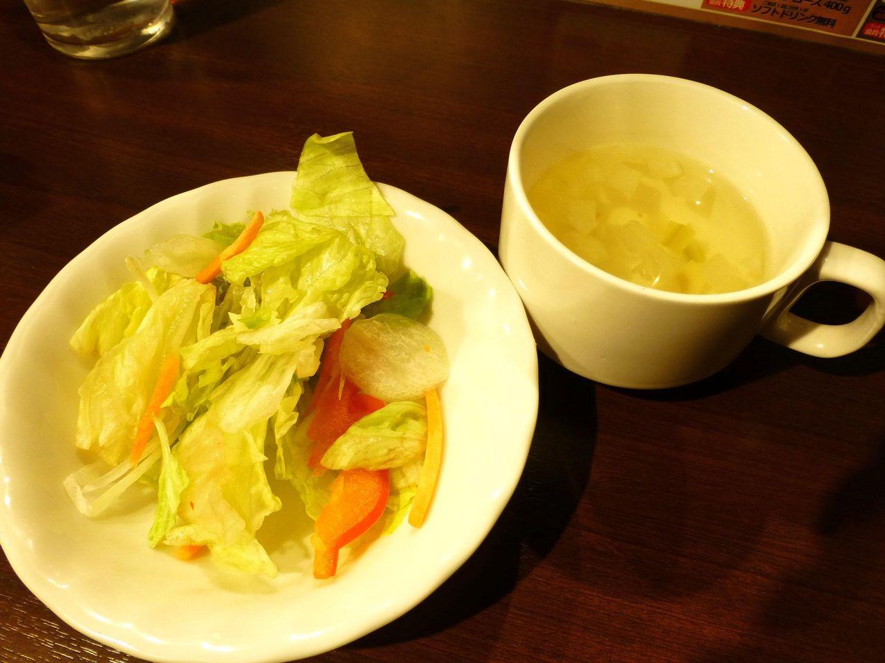 すぐにサラダとスープが出てきます!