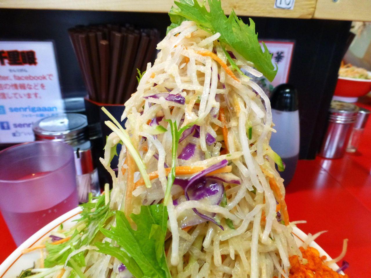 野菜タワーの構成は、大根、水菜、キャベツ、ニンジンなど!