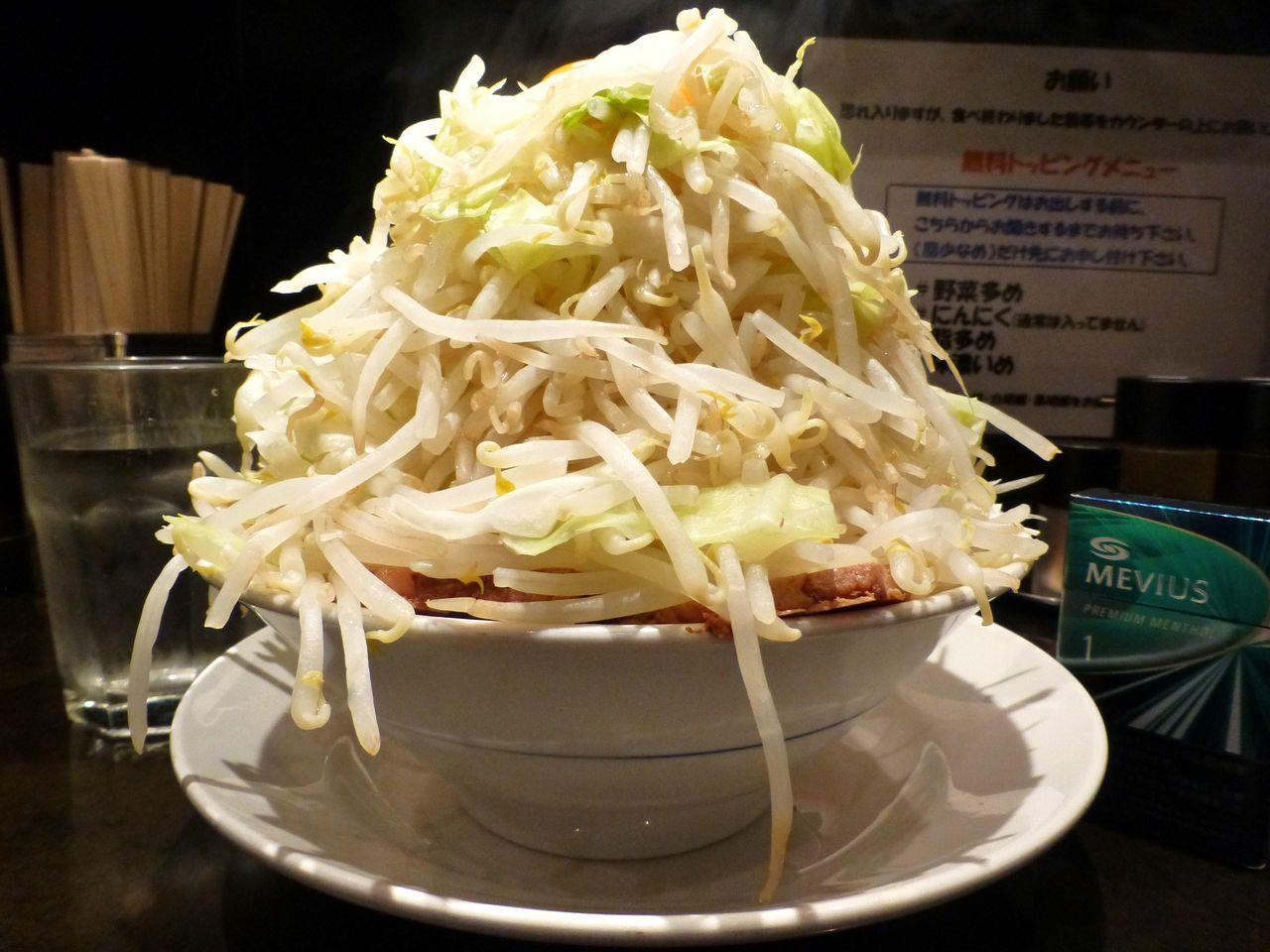 五反田のらーめん大で、超高層野菜タワー油そば!