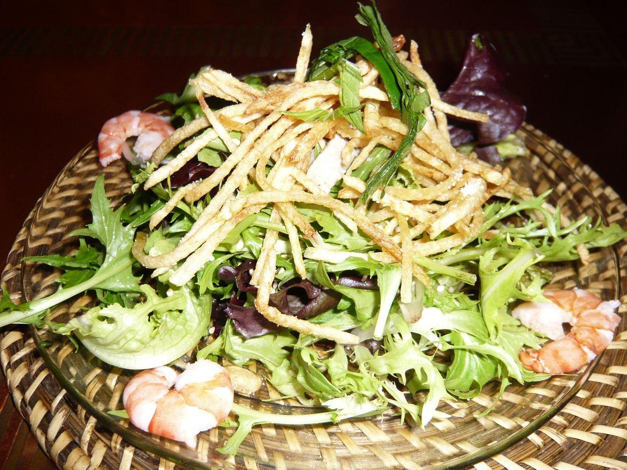 カリカリに揚げた極細ポテトが香ばしい、ベトナムサラダ