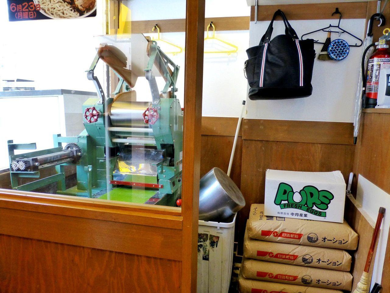 店内に製麺機があり、自家製麺を提供しています!