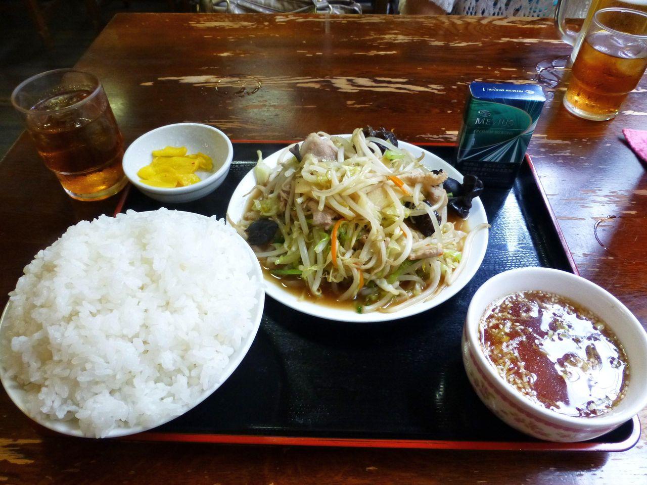 肉野菜炒め定食750円は、普通盛りとは思えない破壊力!