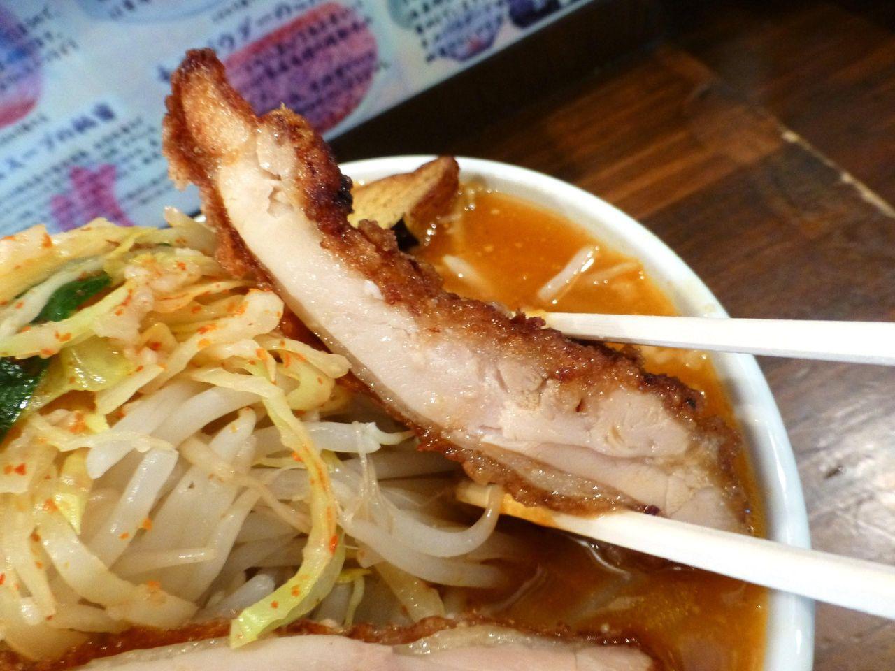 唐揚げは、鶏モモ肉1枚をまるごと揚げて4切れにカット!