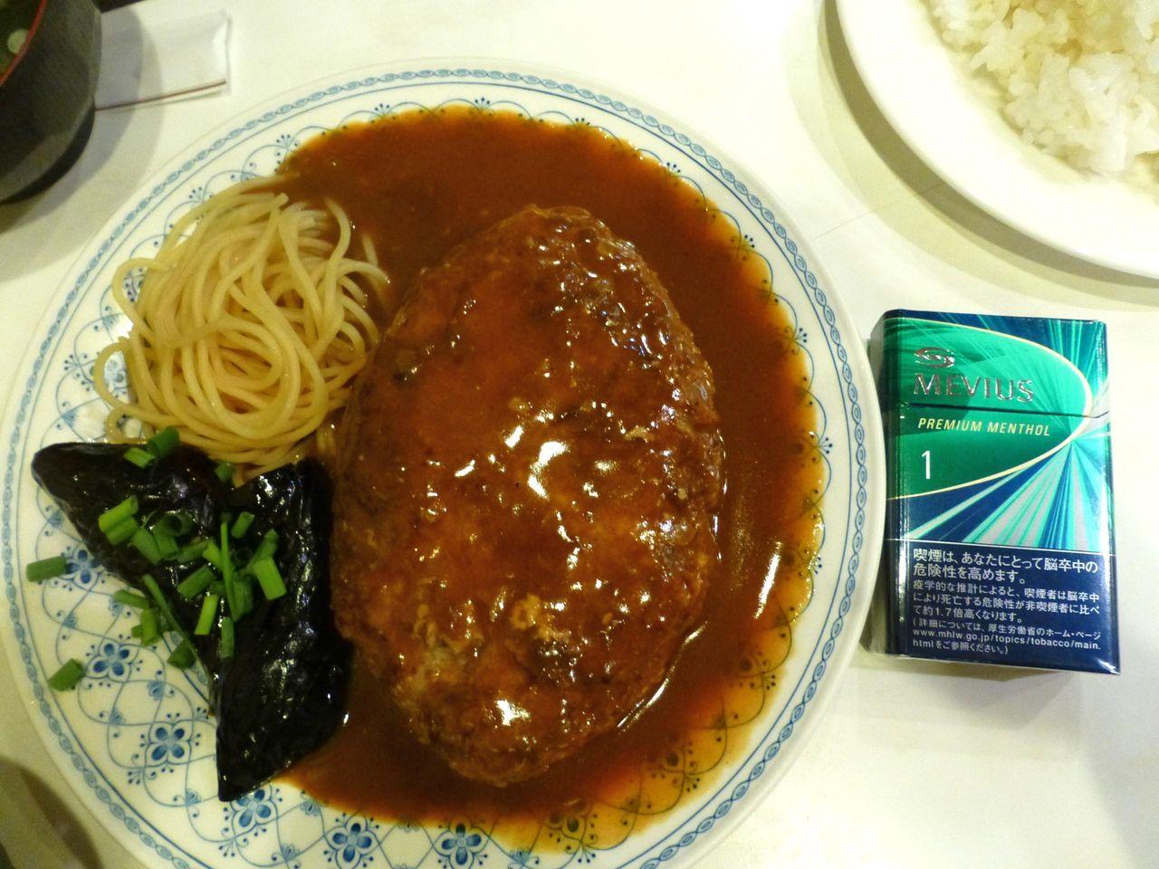 ハンバーグステーキは、直径24センチのデカ皿を使用!