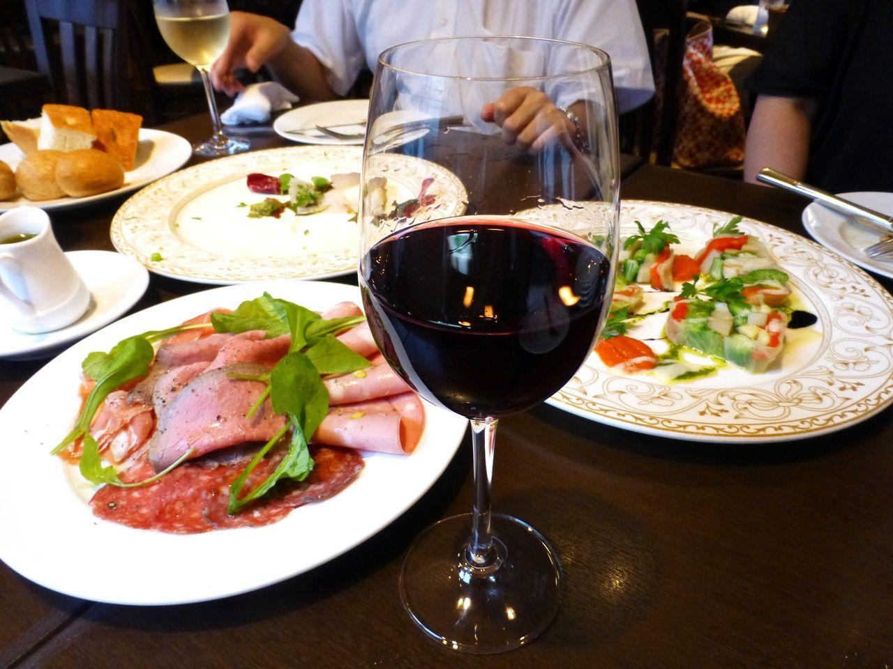 続々と登場する絶品料理に、思わず赤ワインを注文!