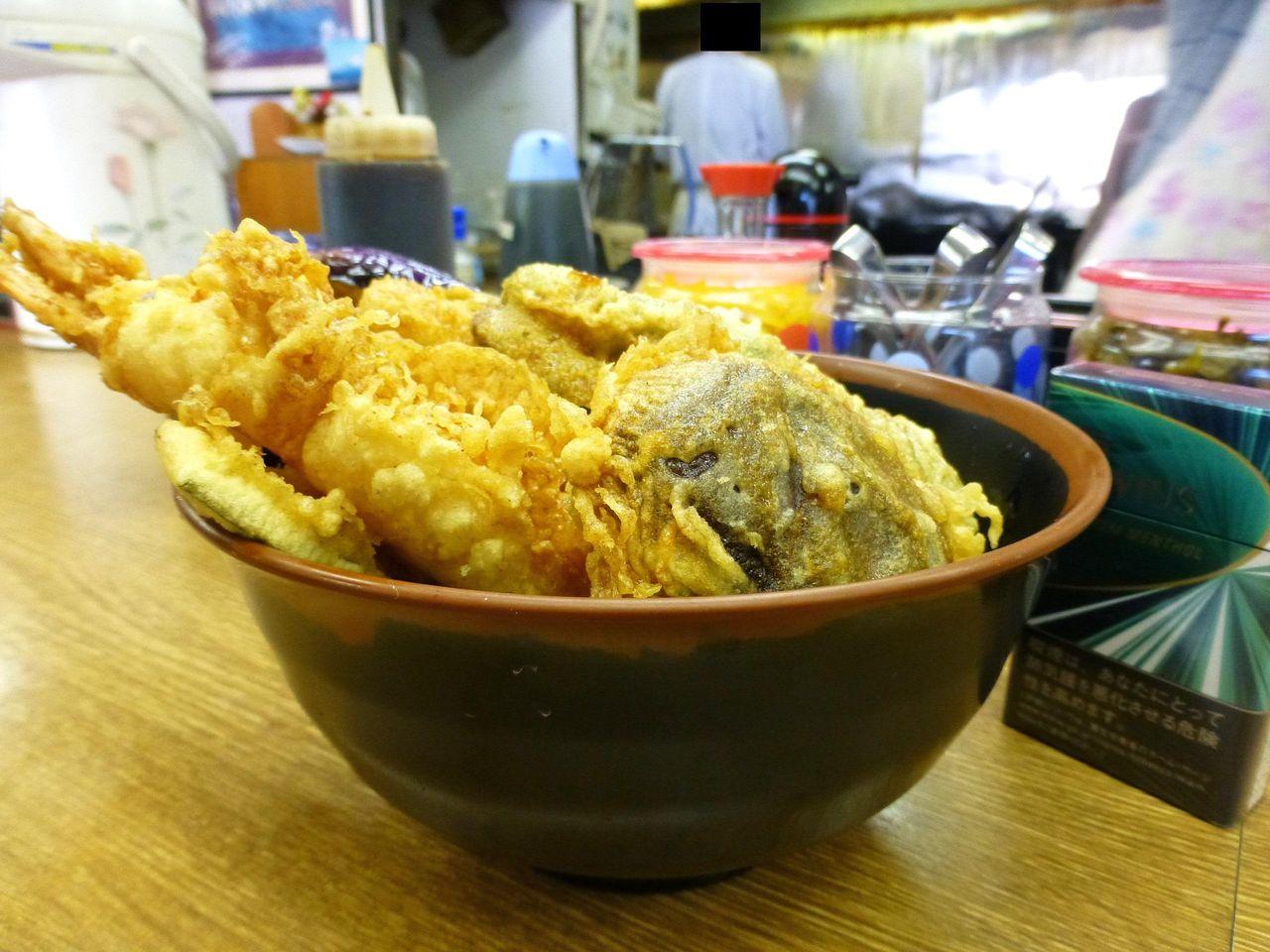海鮮丼は、普通盛りでも見事な盛りっぷり!
