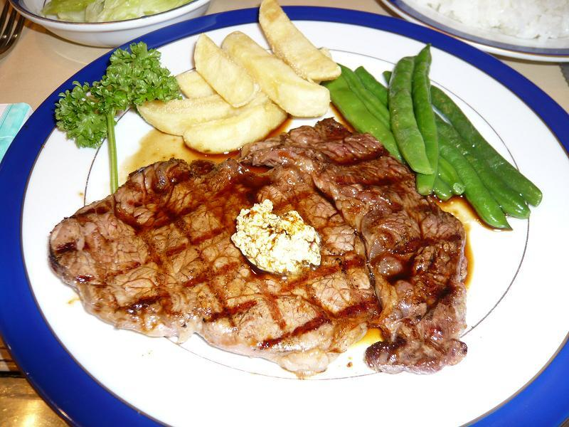 格子状の焦げめが食欲をそそる、ル・モンドのステーキ