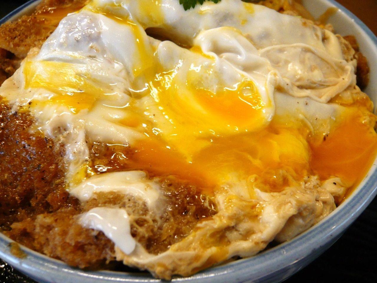 卵の半熟加減が食欲をそそります!
