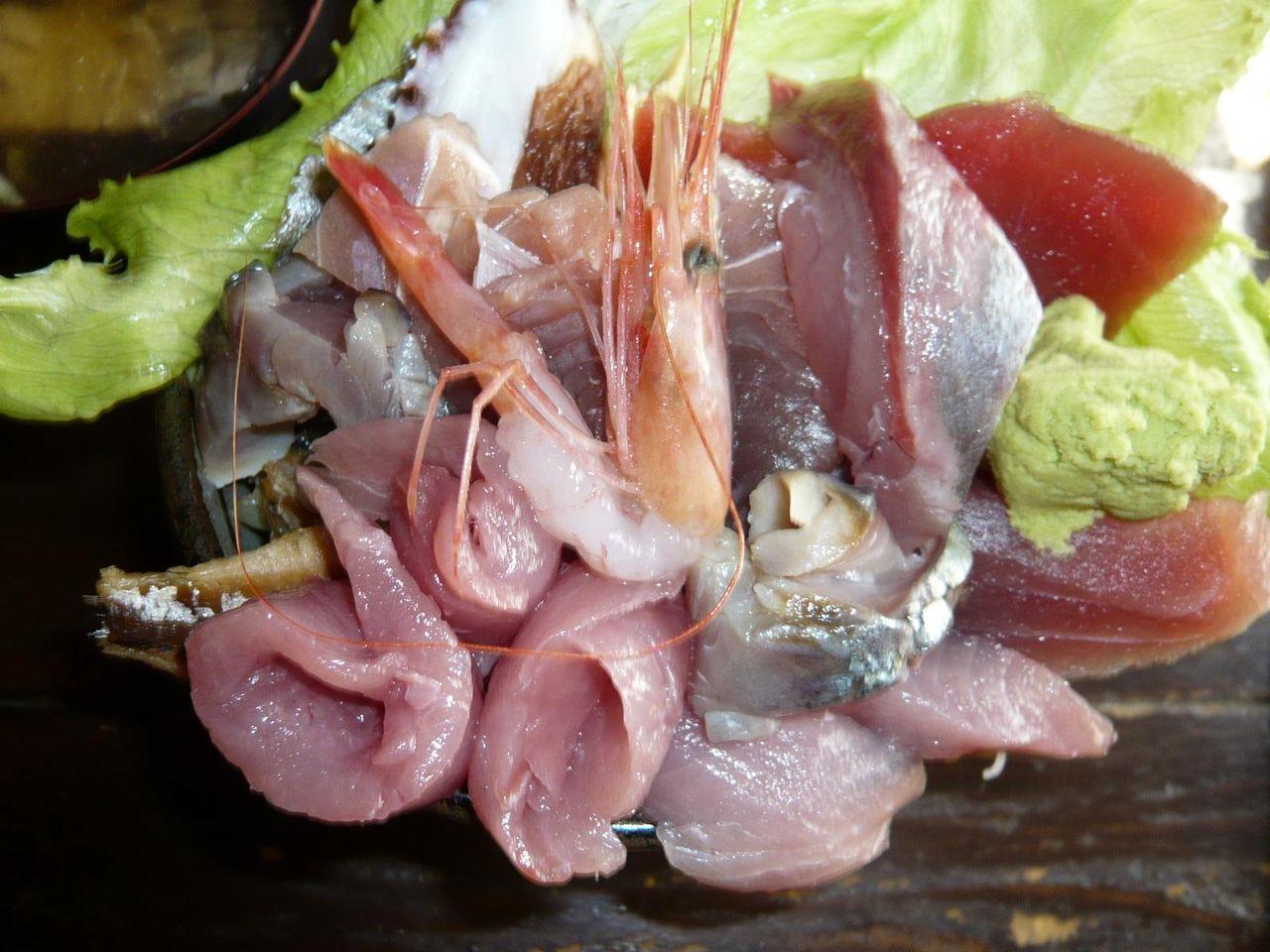 海鮮丼は、丼から刺身があふれてます!