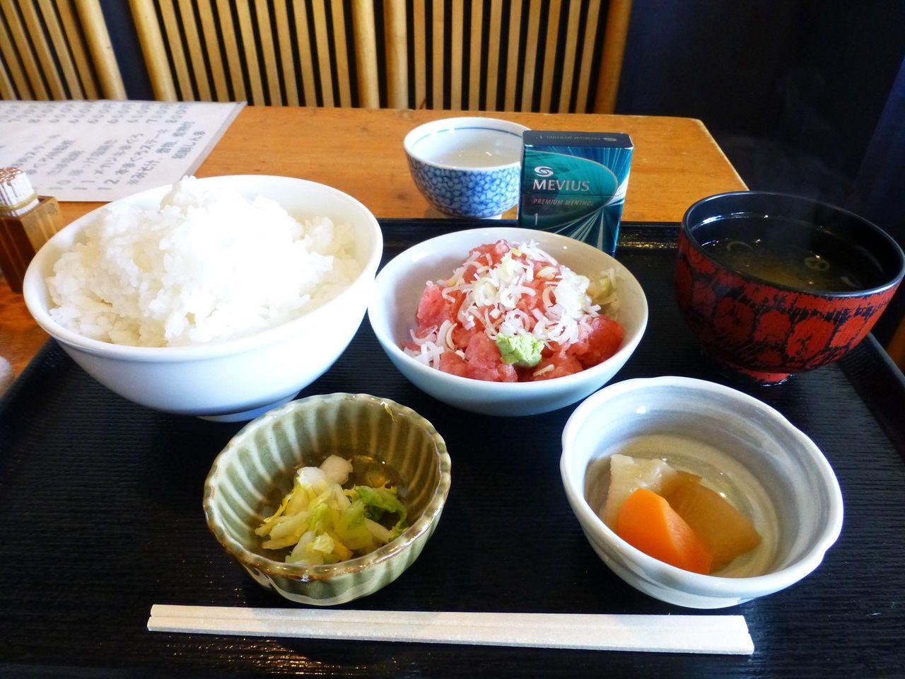 ネギトロ丼大盛600円は、ご飯とネギトロが別皿で登場!