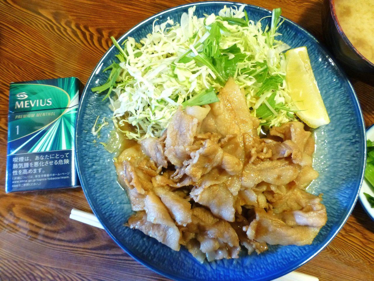 生姜焼き定食は、直径22センチの大皿を使用!