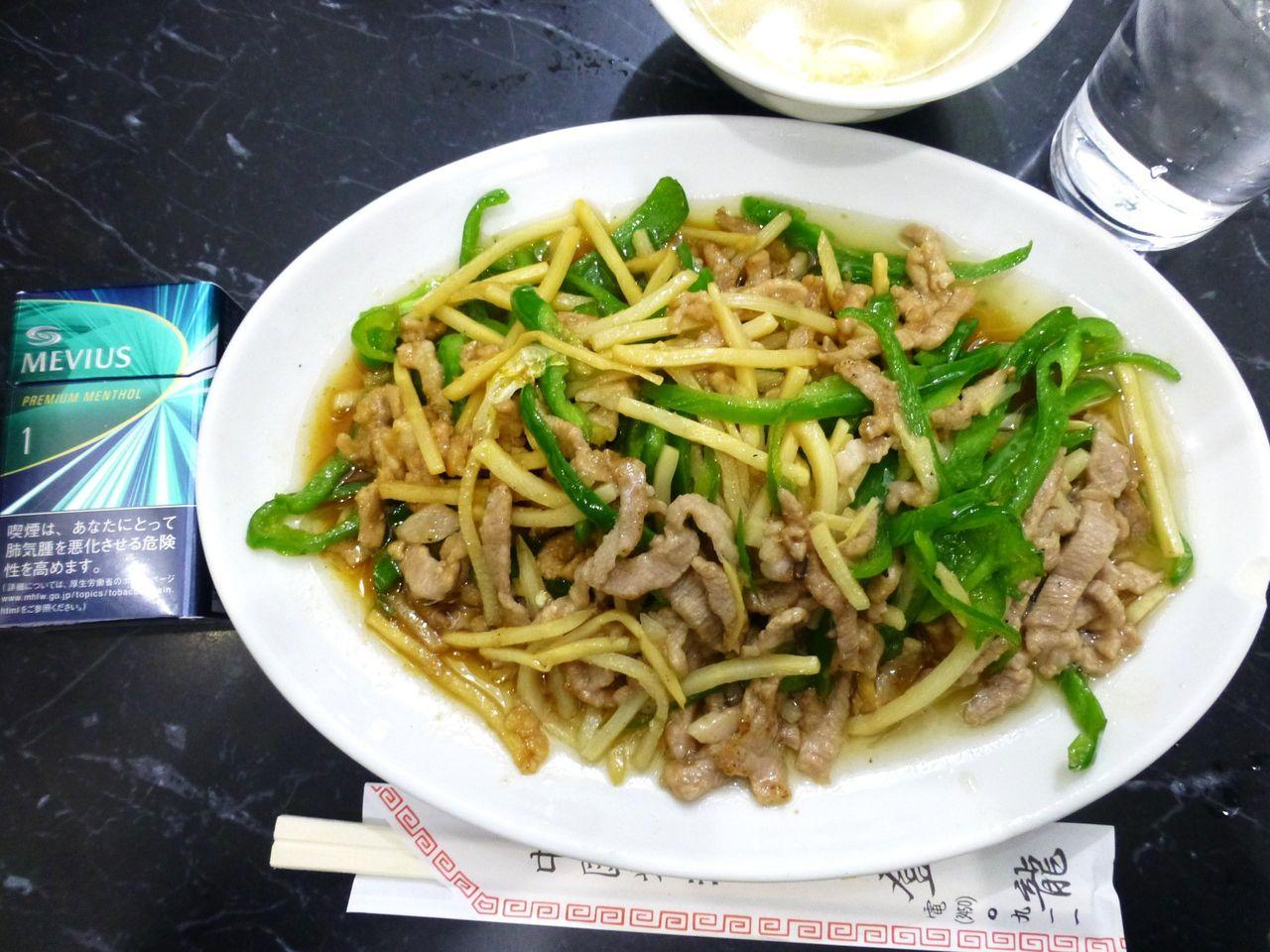 青椒肉絲定食(大盛)は、直径26センチのデカ皿を使用!