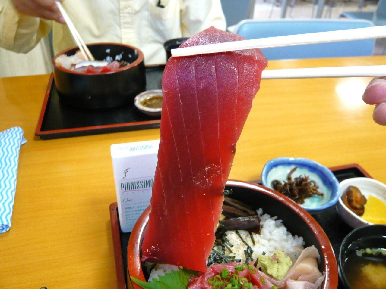 川幅丼に使用するマグロは、長さ21センチ×幅5センチ!