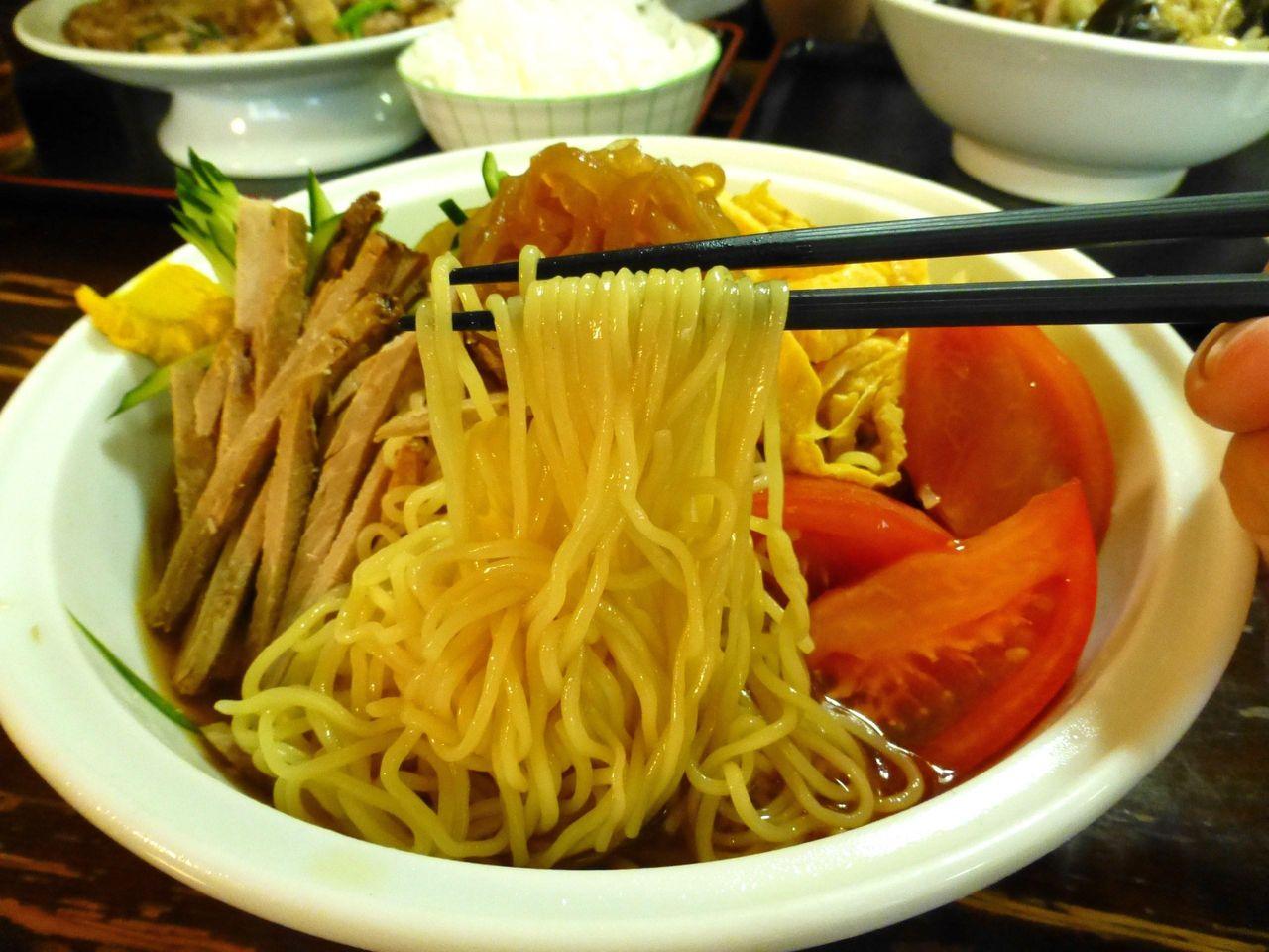 細めの麺はコシが強く、プチンと噛みきる食感が心地よい!