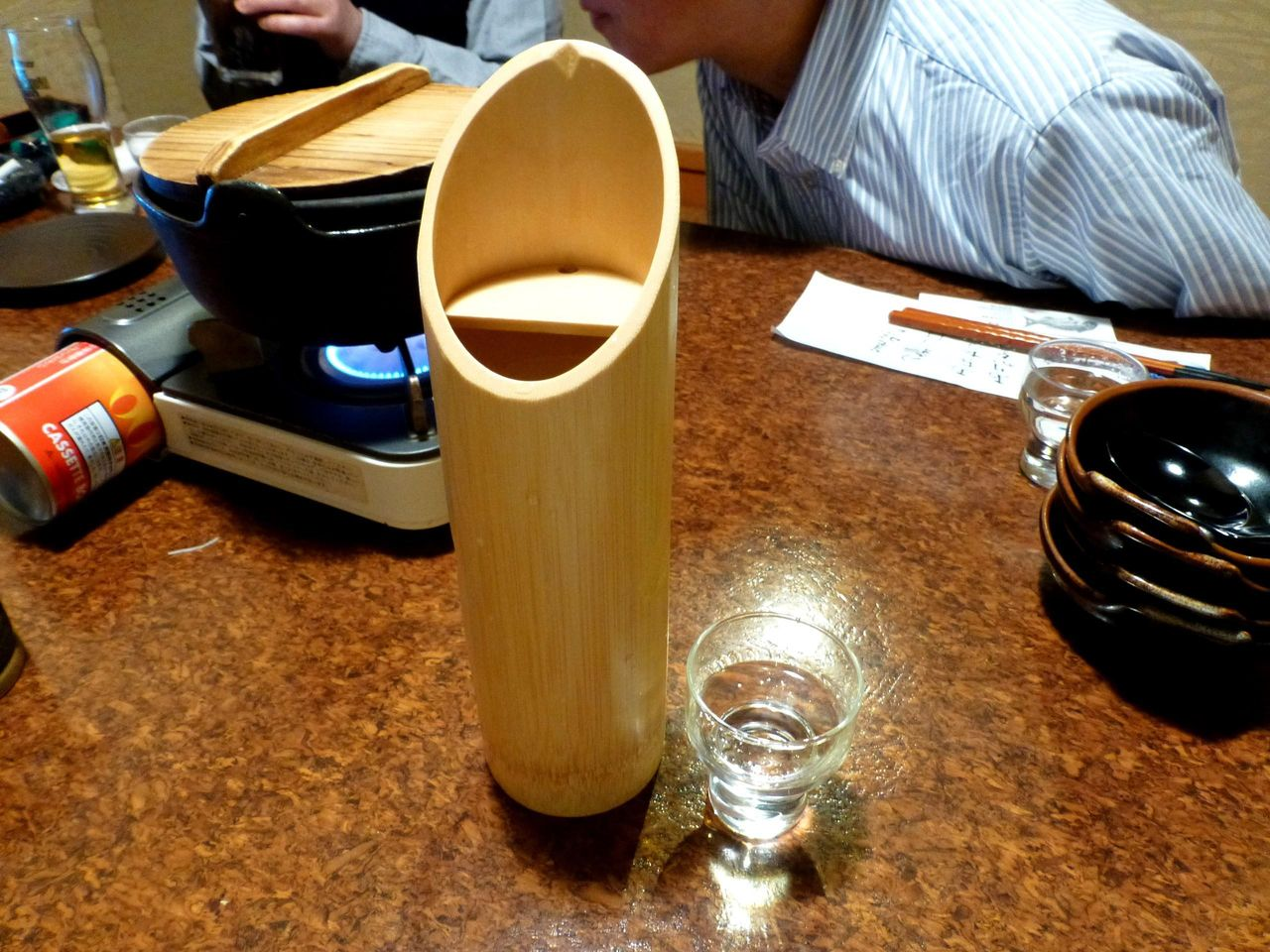 冷酒2合648円は、竹を加工したオシャレな器で登場!