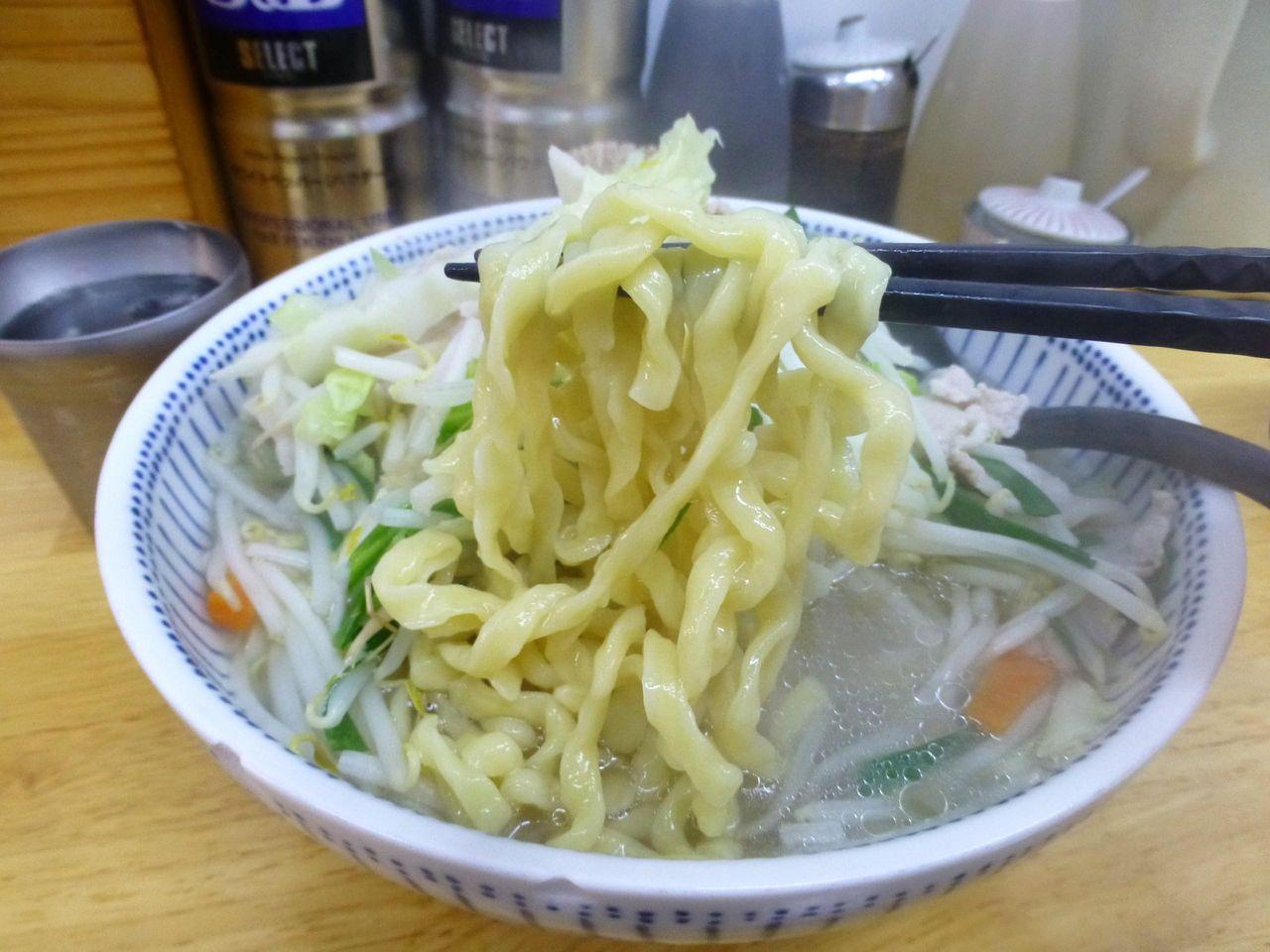 極太の平打ち縮れ麺は、コシが強く凶暴な食感!