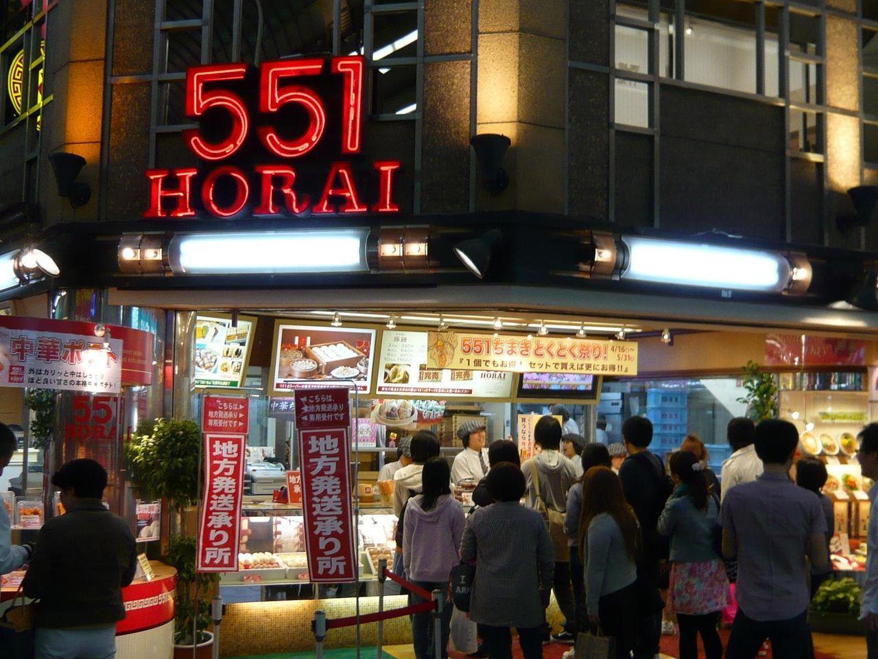 豚まんを買い求めるお客さんで、行列が絶えない戎橋本店