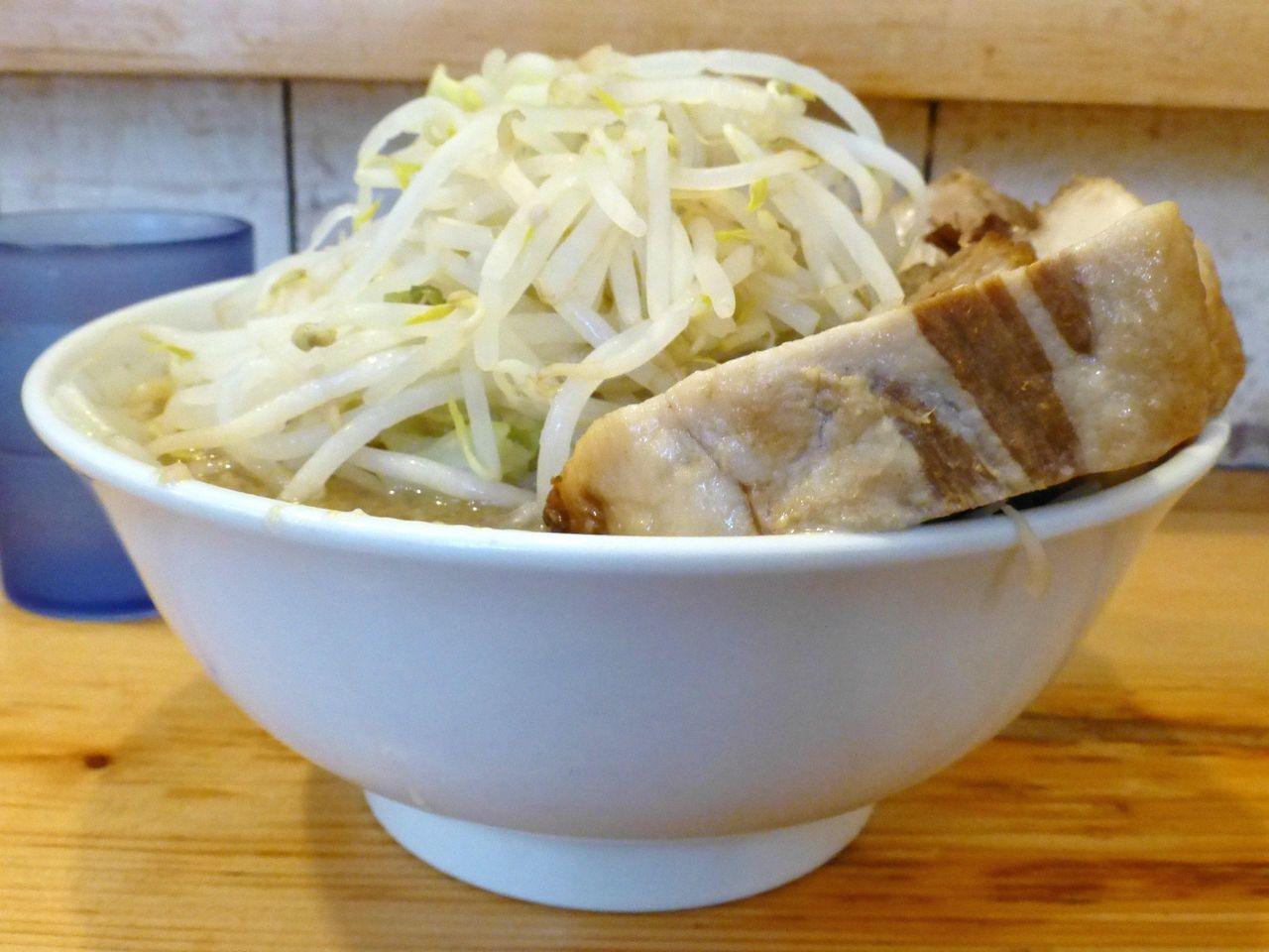豚をスープに沈めて温めると、肉はシットリ、脂身はトロトロに!
