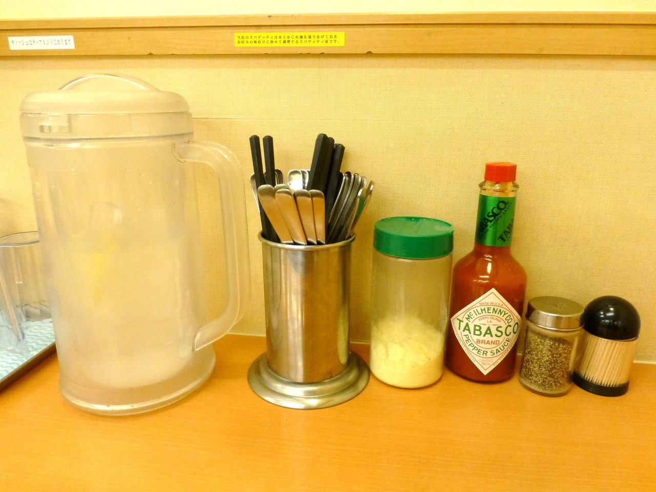 レモン水、粉チーズ、タバスコなどが用意されています!