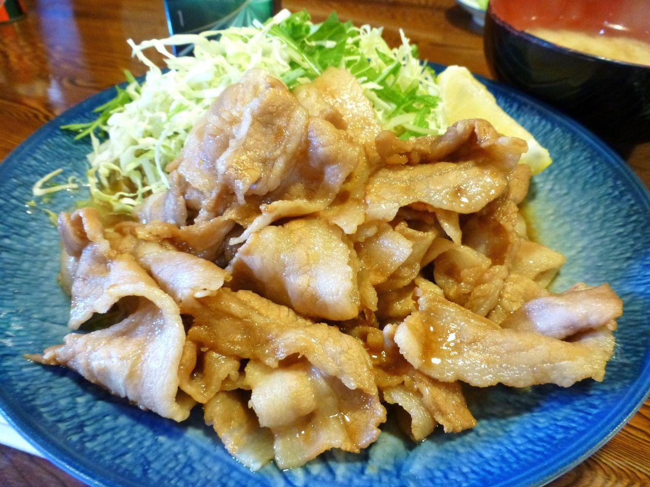 豚バラ肉を使用した生姜焼きと山盛りキャベツ!