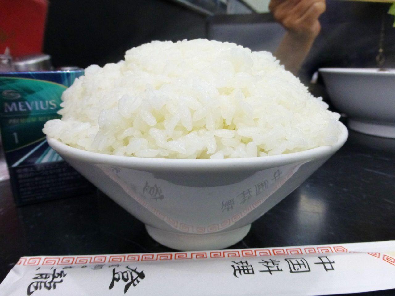 ライスは普通盛りでも、直径15センチの茶碗に日本昔話盛り!