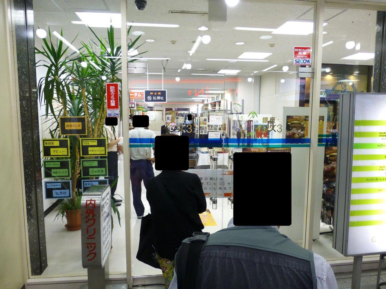 銀座インズ3のネクタイ屋側の入口は、開店前に行列が!