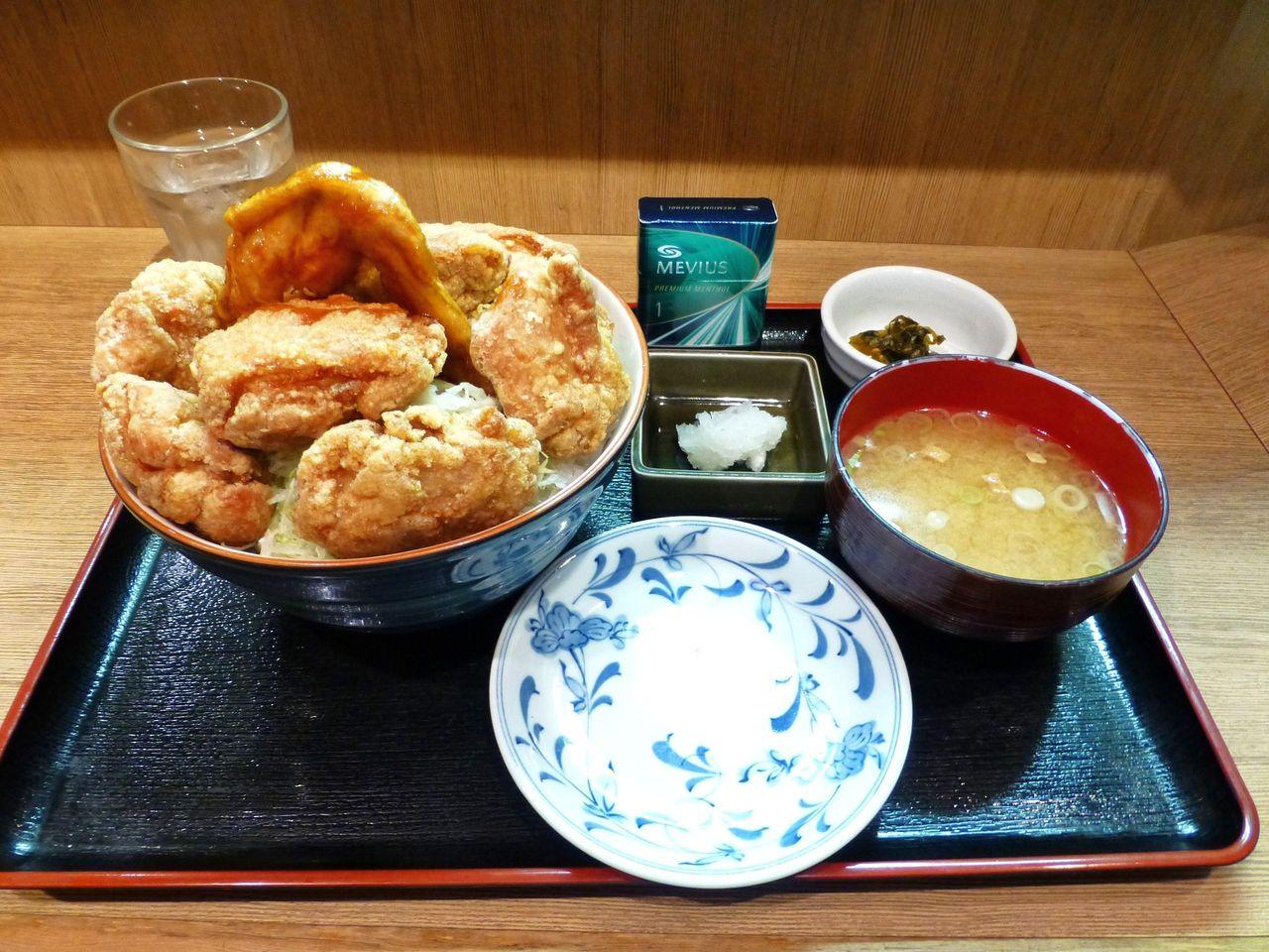 ザンギデカ盛り丼850円は、総重量1キロ超え!