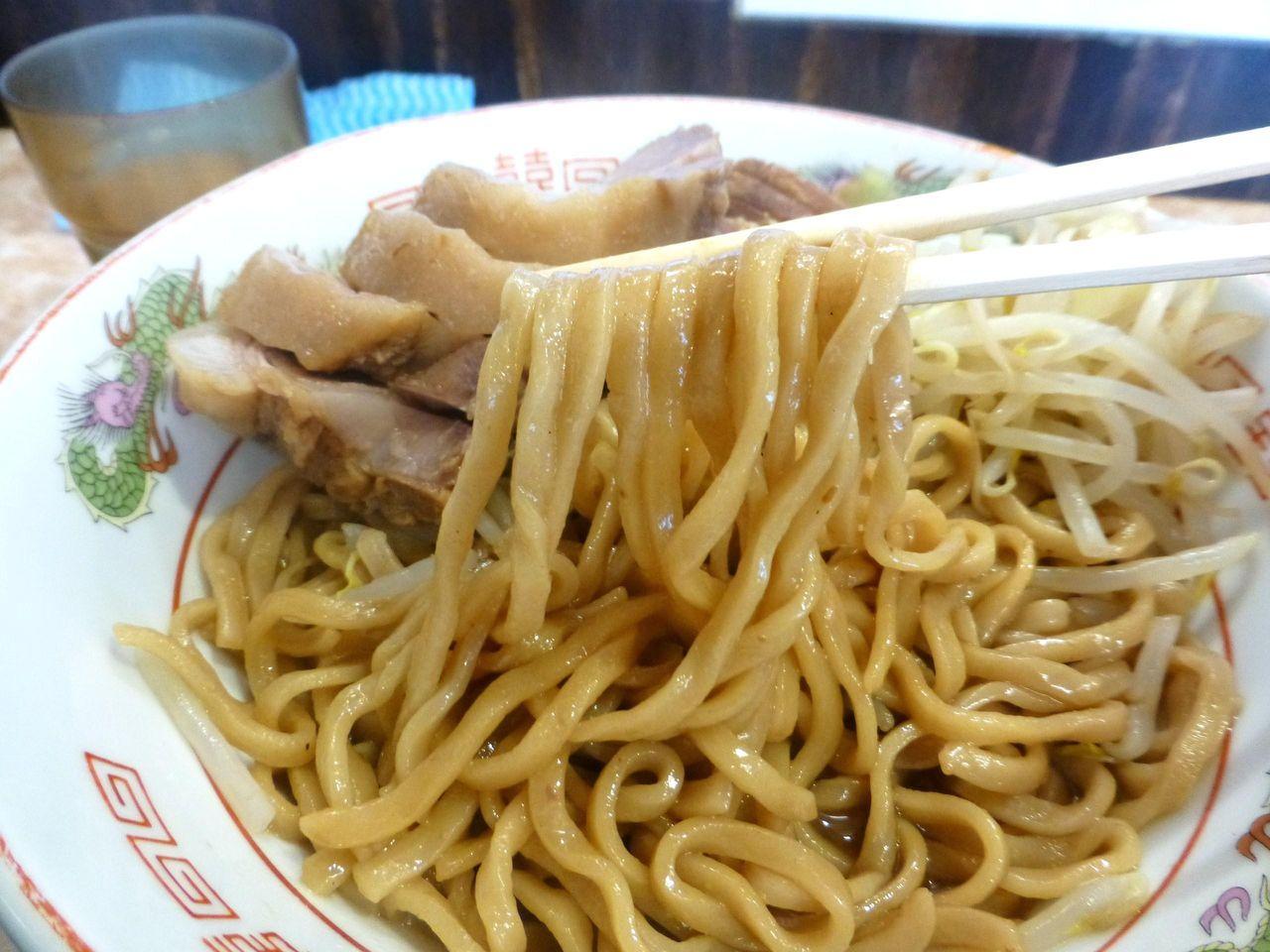太麺は甘くてしょっぱいコッテリ濃厚な味わい!