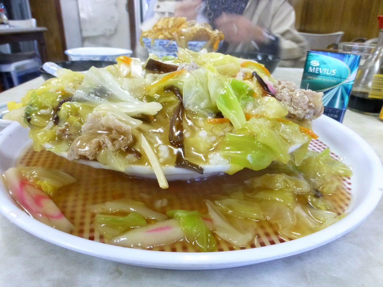 デカ盛りの聖地「やよい食堂」で、中華丼の源泉かけ流し!