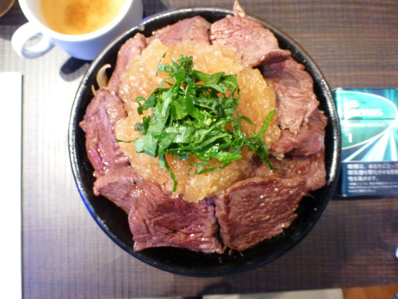 特盛ステーキ丼は、直径16センチの深い丼を使用!