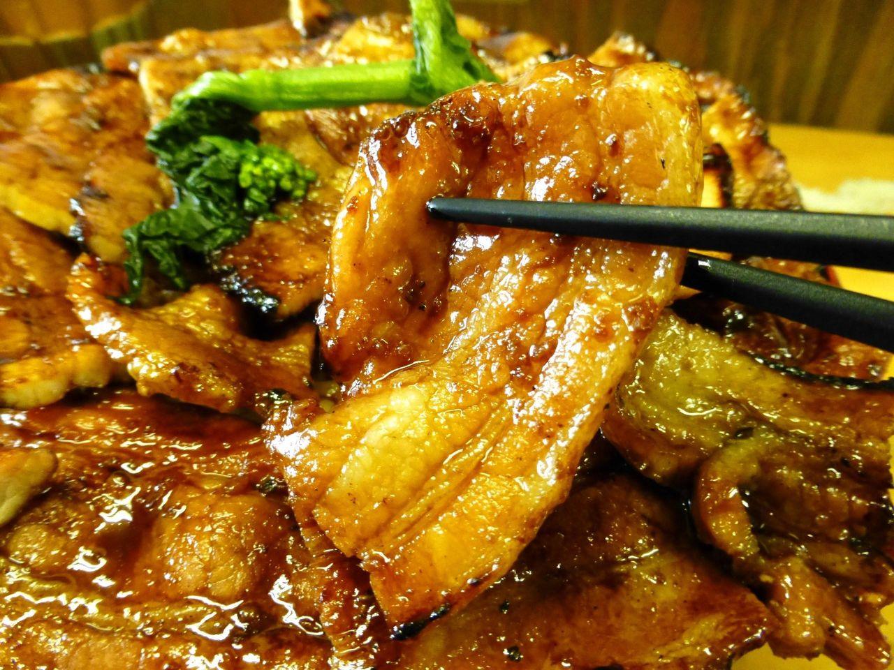 豚バラ肉を甘めのタレで焼き上げて、マイウ〜!