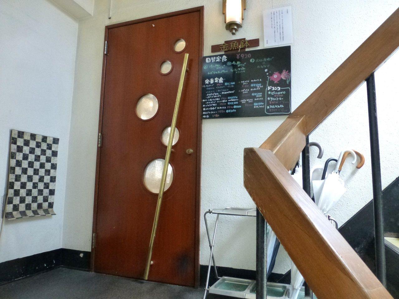 ラーメン屋の隣の階段を2階に上がります!