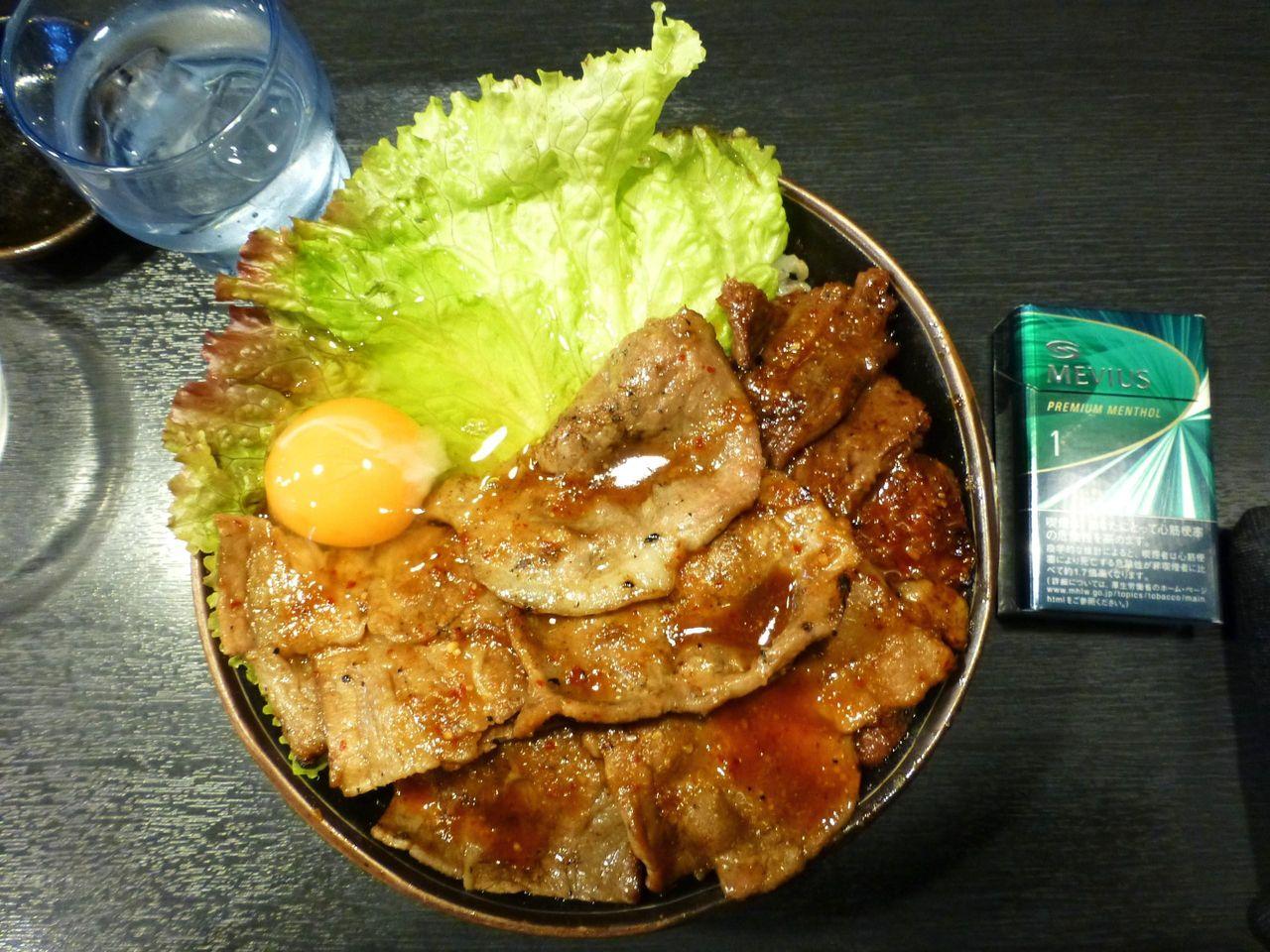 スペシャル丼(特盛)は、直径18センチの丼を使用!
