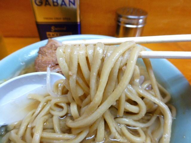 ストレート太麺は、ザクザクとコシのある食感!