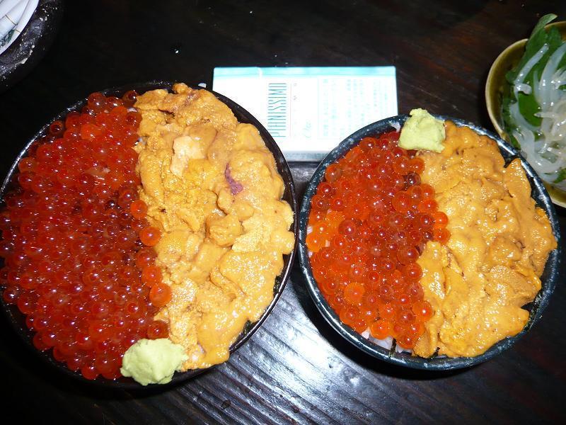 ウニとイクラを思う存分食べられるぞ!北海スペシャル丼1,080円、右はミニ880円