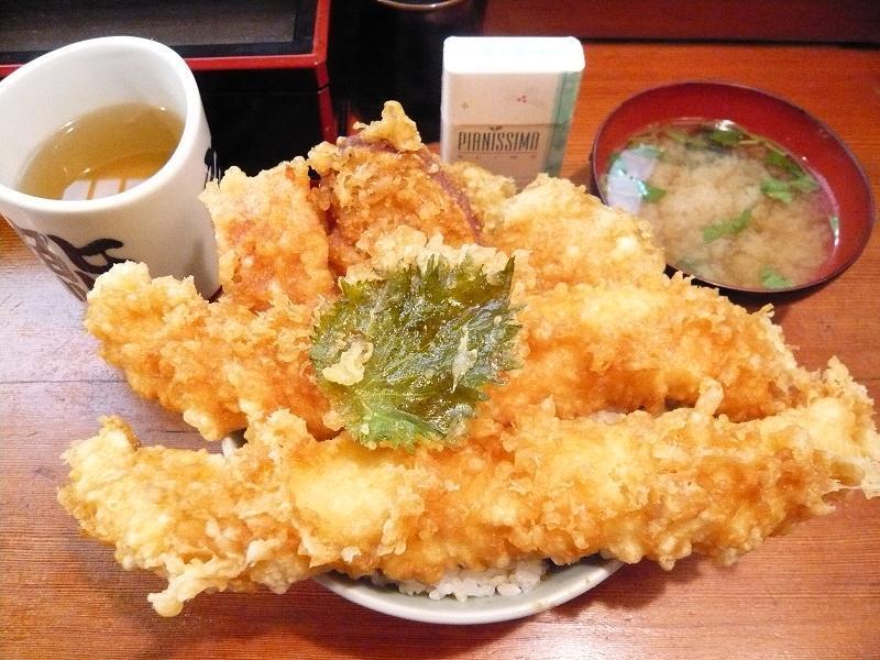 デカ盛り店「つり舟」のイカ天丼945円