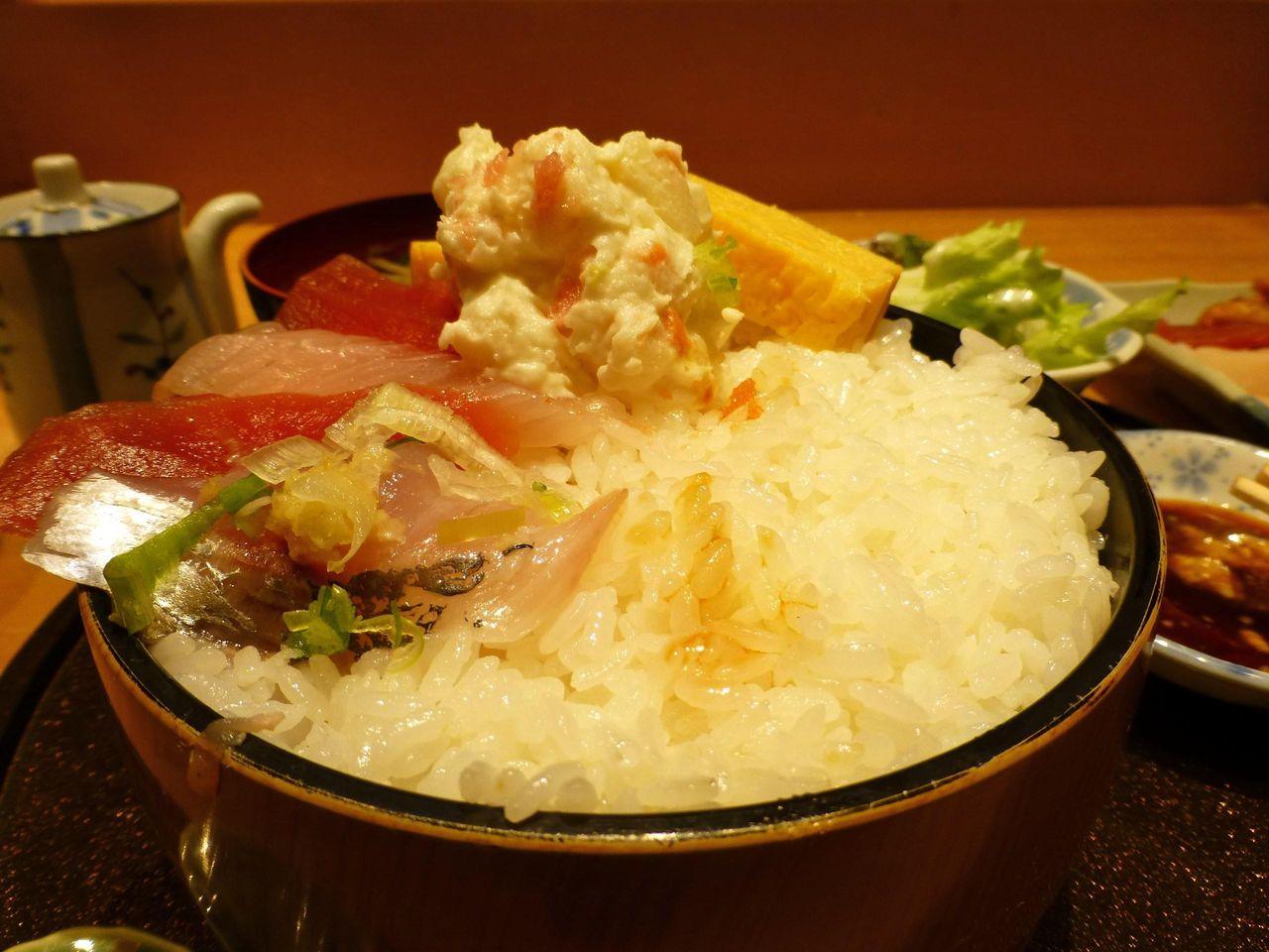 ちらし大盛りの酢飯は、器のフチまで盛ってあります!