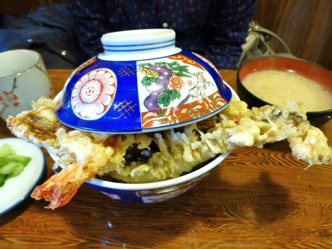 上天丼1,300円は、穴子と海老が丼からはみ出してます!