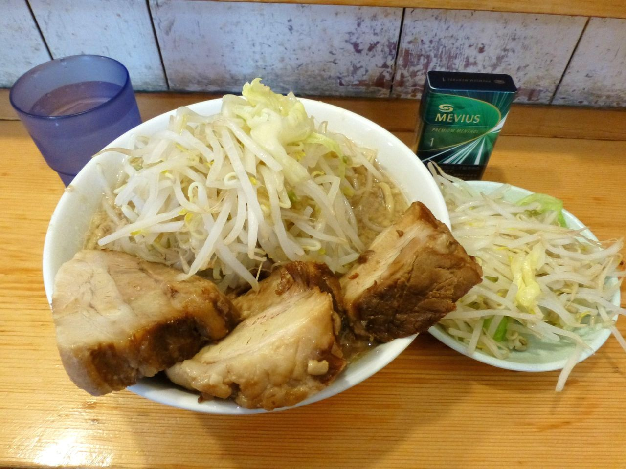 らーめん(豚2枚増し)860円+野菜マシマシ