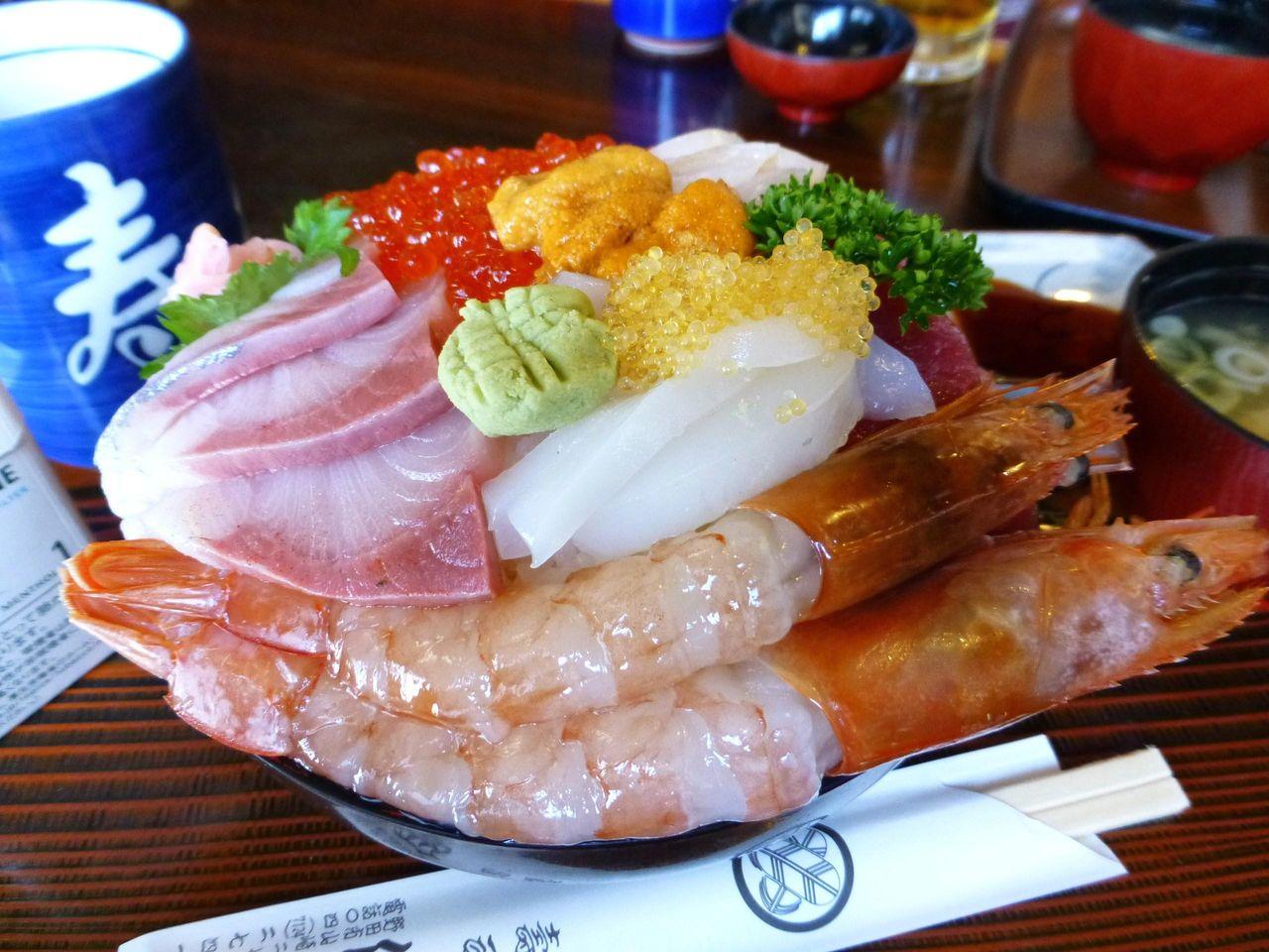 ママさんが作る海鮮丼は、とても丁寧な盛り付け!