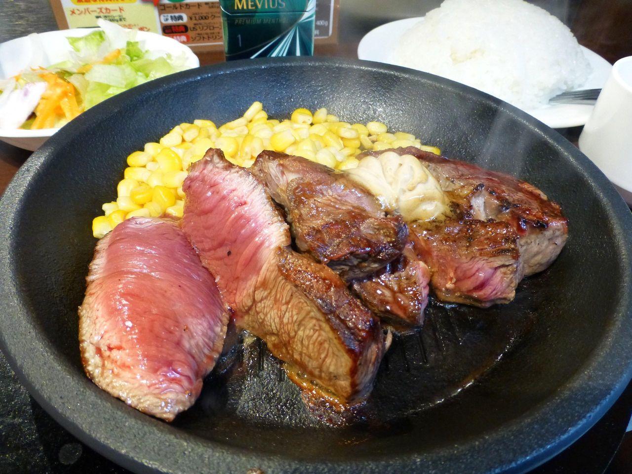ワイルドステーキは、ぶ厚いステーキをカットして提供されます!