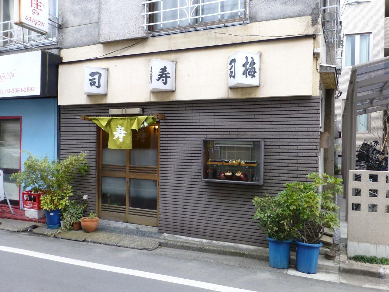 デカ盛りのちらし寿司が名物の梅寿司