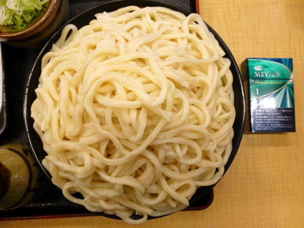 うどん富士山盛りは、直径23センチの洗面器のような深皿を使用!