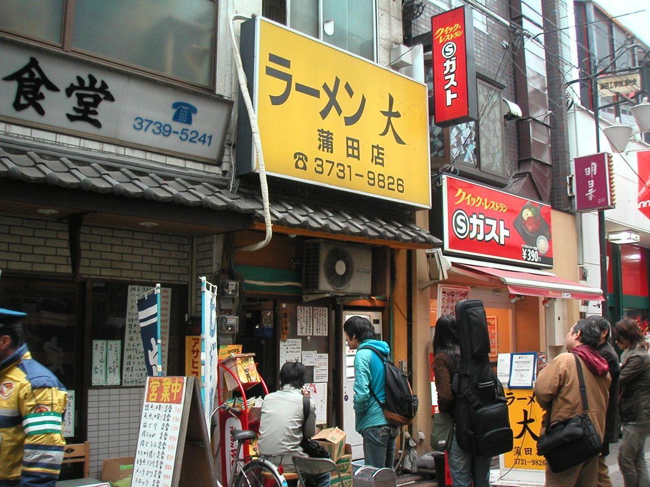 行列のできるデカ盛り店。