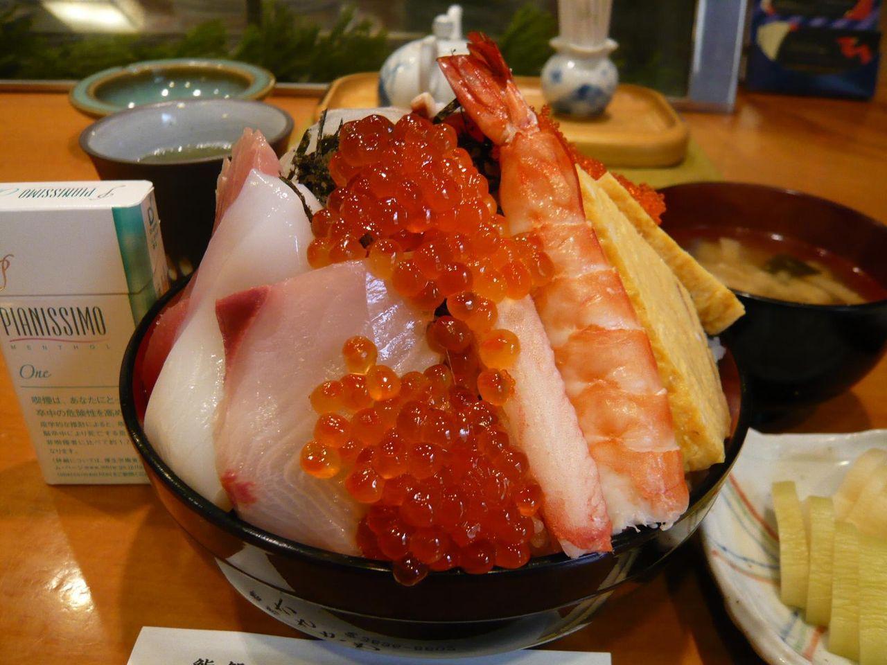 直径16センチの丼に、海鮮ネタがテンコ盛り!