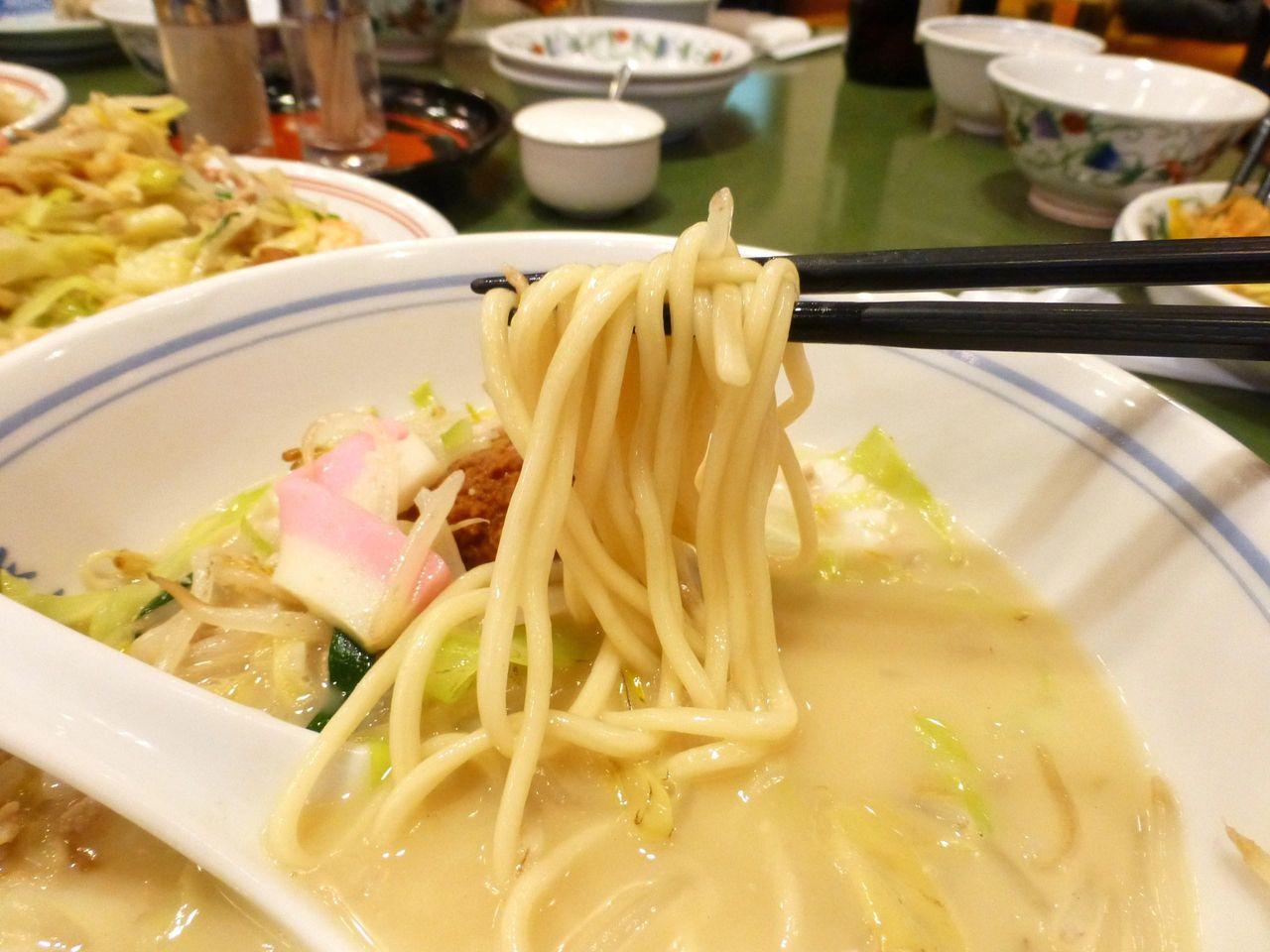 ちゃんぽんは、つるつる食感の太麺を使用!