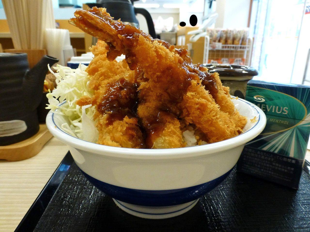メッチャ立体的な盛り付け!海老フライ丼大盛745円